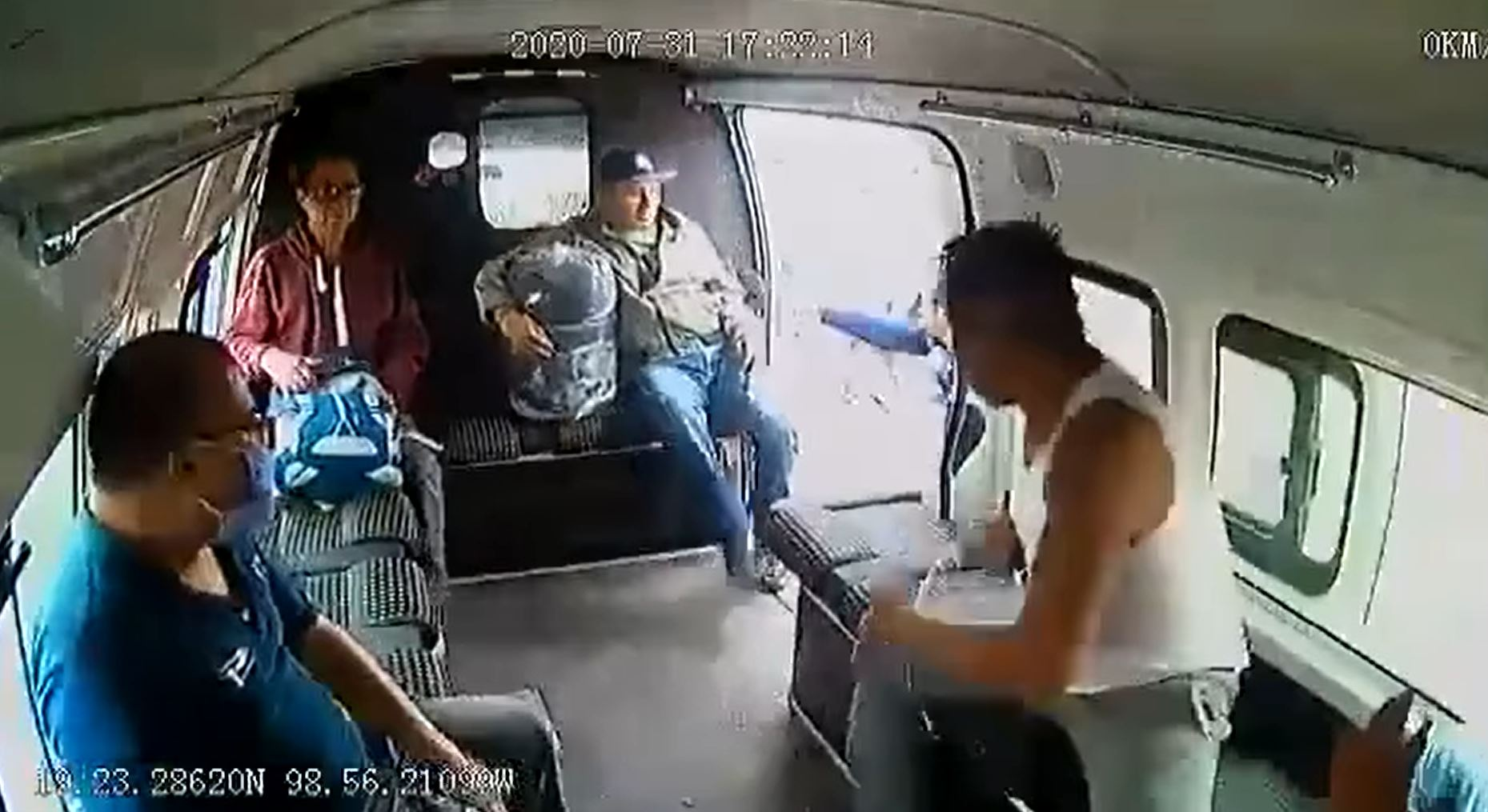 video-hombre-asalta-transporte-publico-y-pasajeros-lo-golpean-en-edomex2