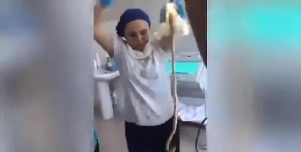 (Video) Médicos sacan serpiente de un metro de la garganta de una mujer en Rusia