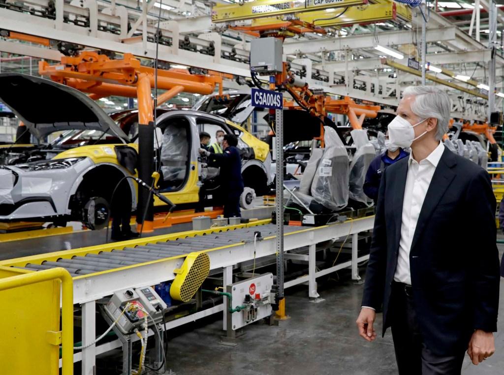 Alfredo del Mazo presenta auto eléctrico fabricado en México
