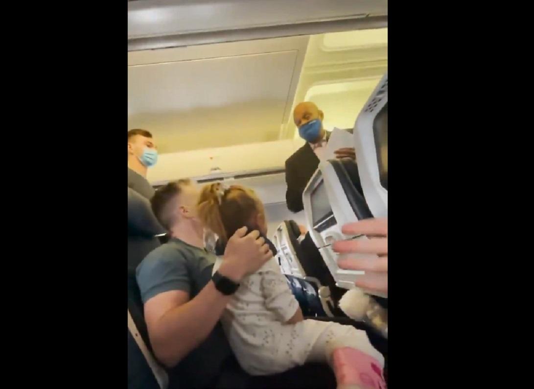 (Video) Bajan de avión a familia debido a que su hija de dos años no quiso usar cubrebocas