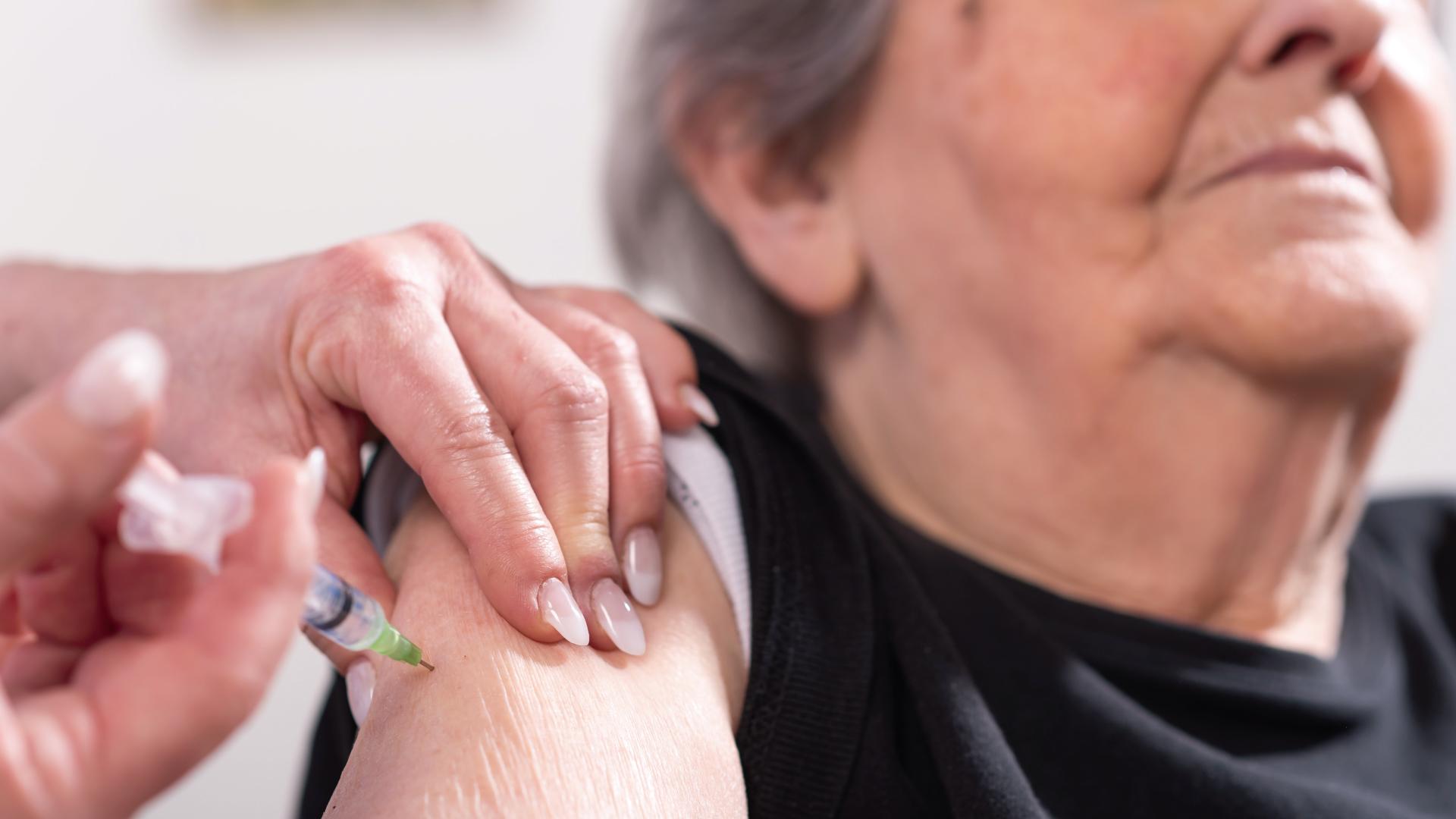 ¿No tienes internet y quieres registrar a adultos mayores para la vacunación Covid-19? Aquí te decimos cómo