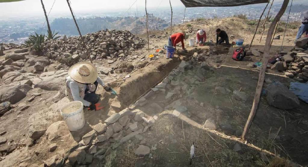 300 piezas fueron encontradas en el cerro del toloche en toluca, los materiales son ceramica y pieda, además encontraron basamentos arqueologicos importantes.