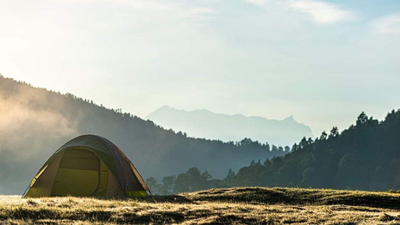 Toda la zona para acampar del Parque Ecoturístico Corral de Piedra cuenta con área de fogateros y módulos de sanitarios con regaderas y agua caliente