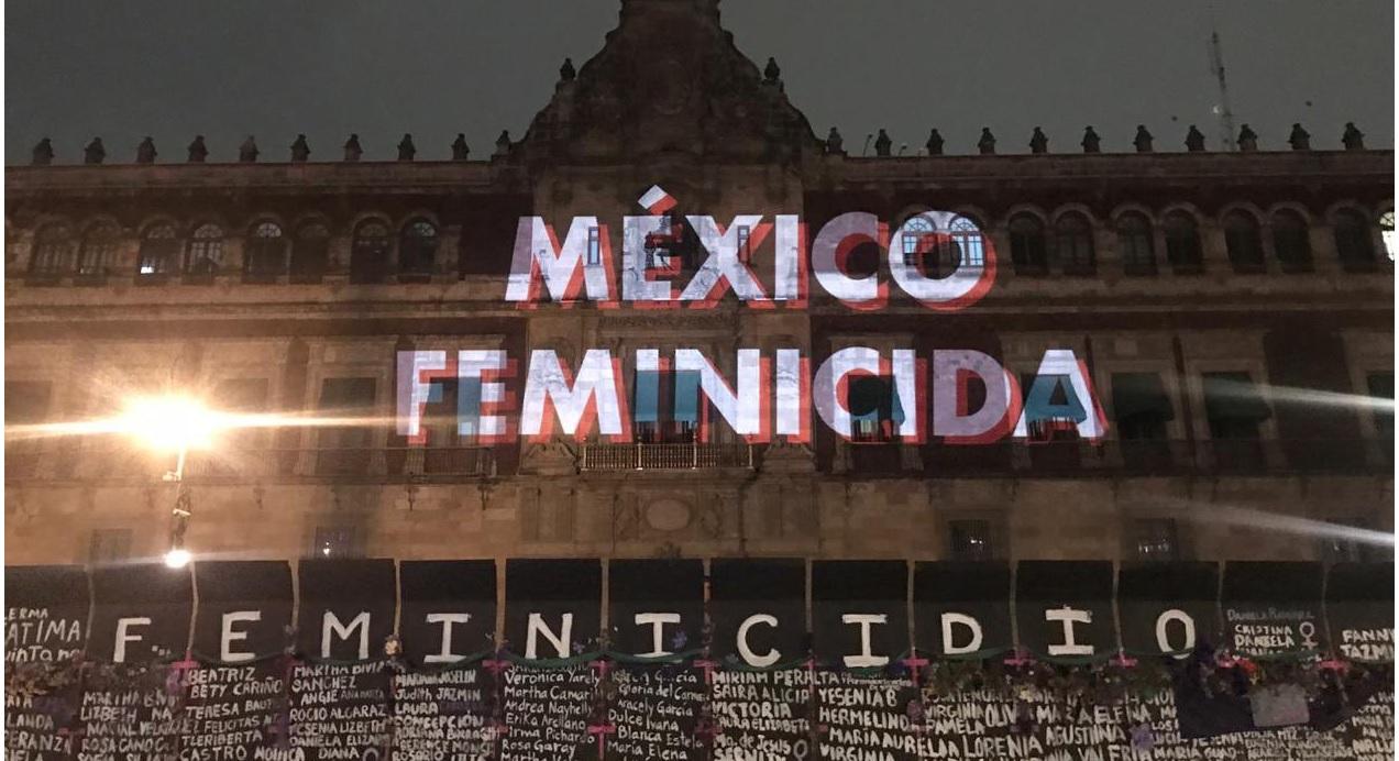 con flores, nombres de victimas de feminicidio y proyecciones luce esta noche palacio nacional, previo al dia internacional de la mujer el 8 de marzo en México