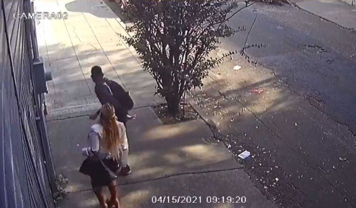 Hombre es captado mientras levanta falda a una mujer