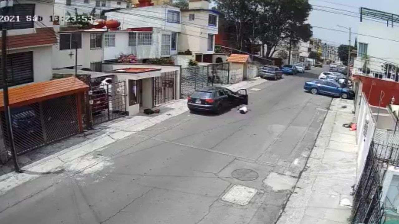 Vecinos de Lomas Verdes son testigos de como un hombre avienta a su novia de su auto por un ataque de celos
